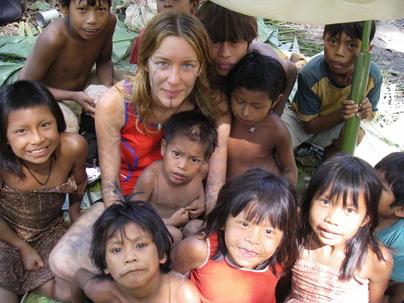 Emilie entourée d'enfants Kayapo avec qui elle vit 6 mois par an